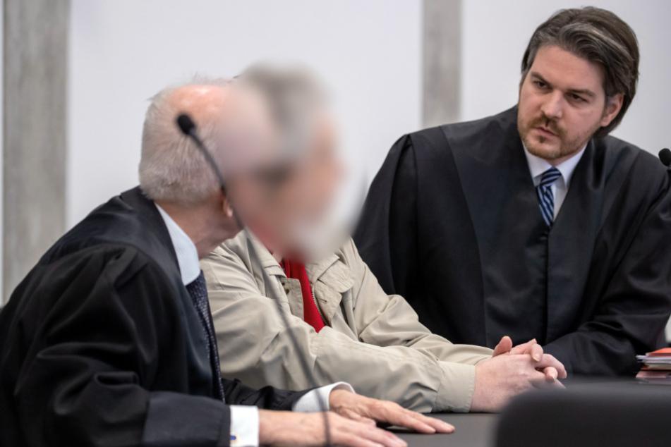 Seine Anwälte Klaus Uhl (l) und Christian Veit hatten drei Jahre Haft gefordert.