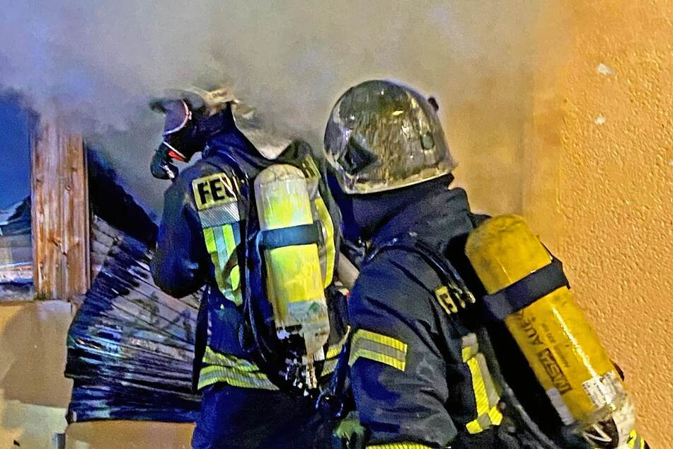 Die Feuerwehren aus Meerane und Schönberg kämpften in der Nacht gegen den Großbrand.