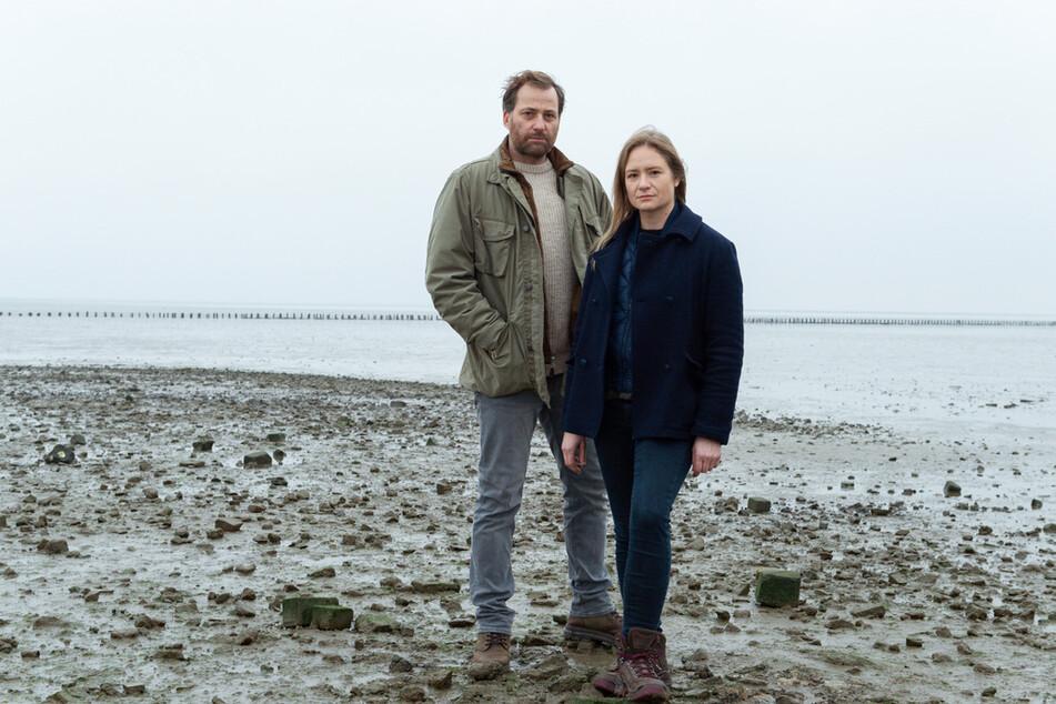 """Frank Weller (Christian Erdmann) und Ann Kathrin Klaasen (Julia Jentsch) ermitteln im """"Ostfriesland-Krimi""""."""
