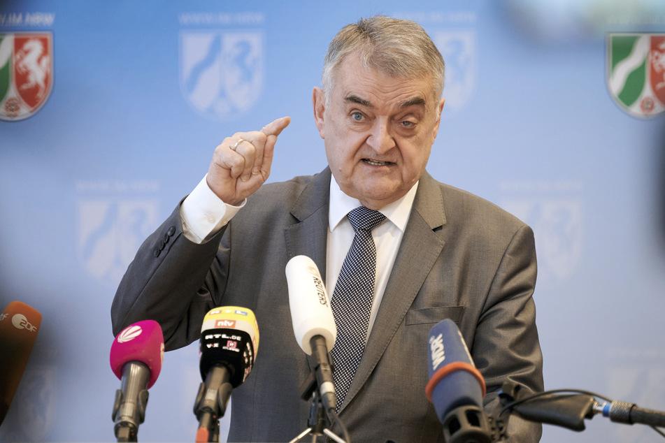 Nach den Attacken einer etwa 120-köpfigen Gruppe Jugendlicher gegen Polizisten in Düsseldorf hat NRW-Innenminister Herbert Reul (68, CDU) klare Konsequenzen gefordert.