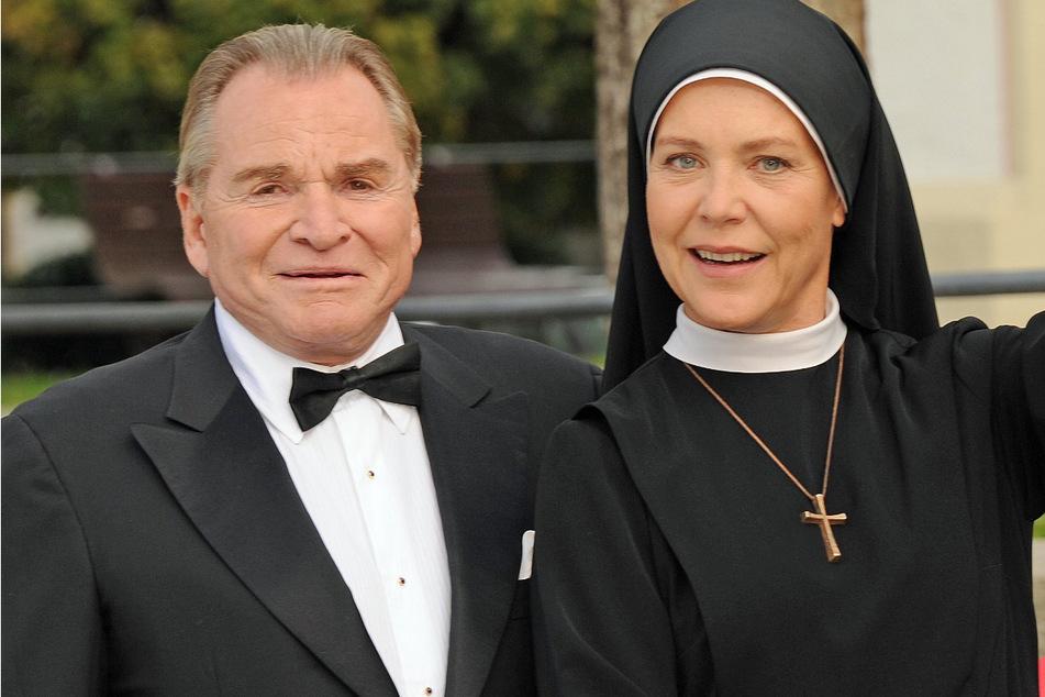 """Die Schauspieler Fritz Wepper (79, als Bürgermeister Wolfgang Wöller) und Janina Hartwig (60, als Schwester Hanna) während der Dreharbeiten der ARD-Fernsehserie """"Um Himmels Willen""""."""