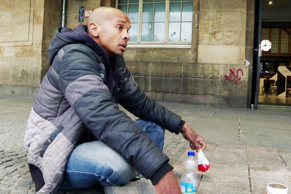 Der obdachlose Drogenabhängige Benny (31) schnorrt vor dem Leipziger Hauptbahnhof. Doch in der Corona-Pandemie ist die Ausbeute mager.