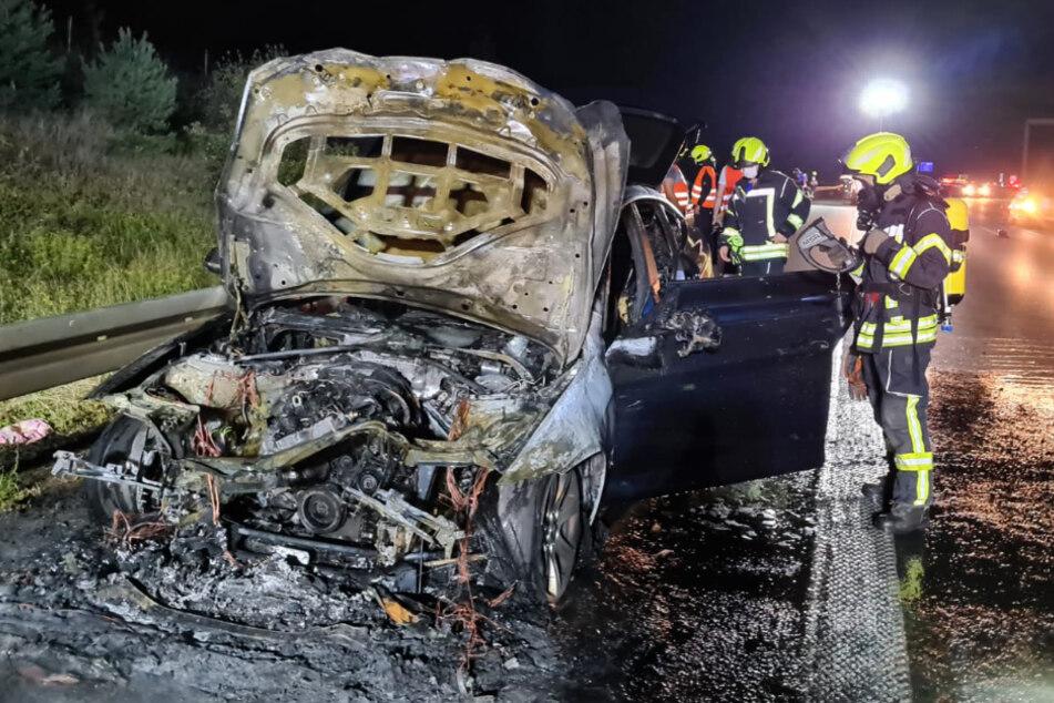 Der BMW brannte auf der A3 vollständig aus.