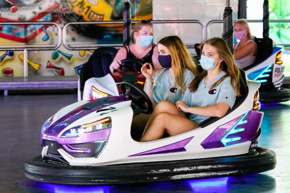 Autoscooter mit Maske: Die Pandemie fordert Kompromisse.