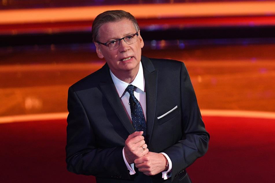 Der Moderator Günther Jauch komplettiert das Trio.