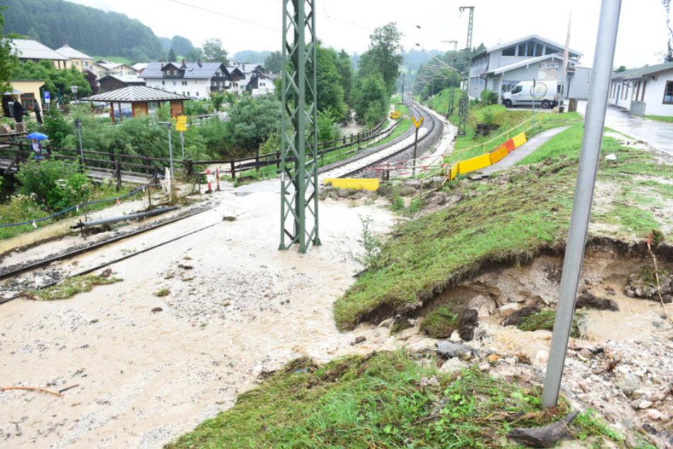 Am Bahnhof in Bischofswiesen überflutet Wasser die Gleise.