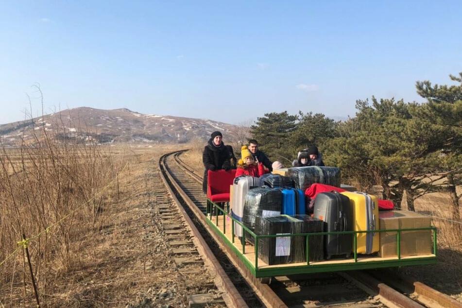 Wegen Corona: Russische Diplomaten fahren 32 Stunden mit der Draisine nach Hause