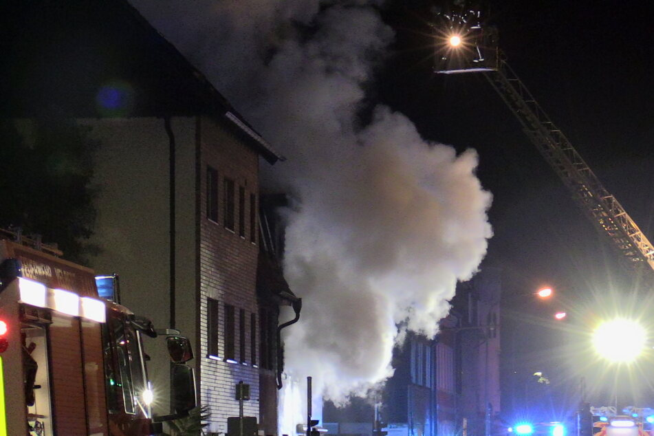Beim Eintreffen der Feuerwehrleute stand die Wohnung in Velbert-Nierenhof bereits lichterloh in Flammen. Dichte Rauchwolken drängten sich aus den Fenstern.