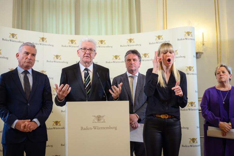 Die baden-württembergische Landesregierung um Ministerpräsident Winfried Kretschmann (2.v.l.) hatte am Freitag verkündet, dass Schulen und Kitas ab Dienstag bis zum Ende der Osterferien geschlossen bleiben.