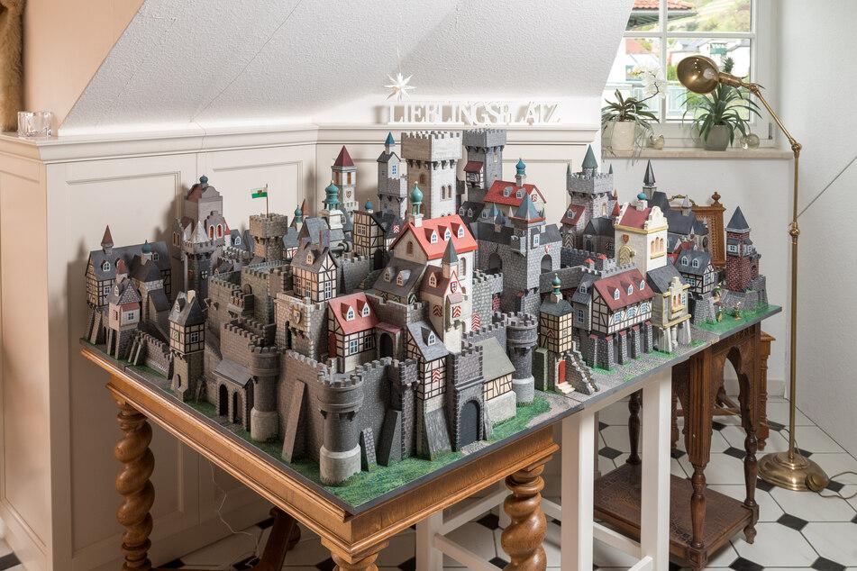 Die märchenhafte Burgenlandschaft entfaltet sich auf knapp 2,5 Quadratmetern, soll nach Fertigstellung im Sommer ausgestellt werden.