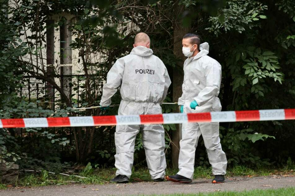 Kriminalisten sichern am Fundort Spuren.