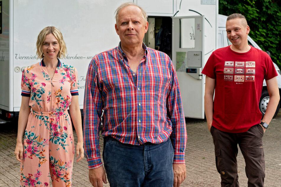 """Unter der Regie von Piotr J. Lewandowski (46, r.) drehen Kim Riedle (39, l.) und Axel Milberg (64) den Film """"Meine Freundin Volker""""."""