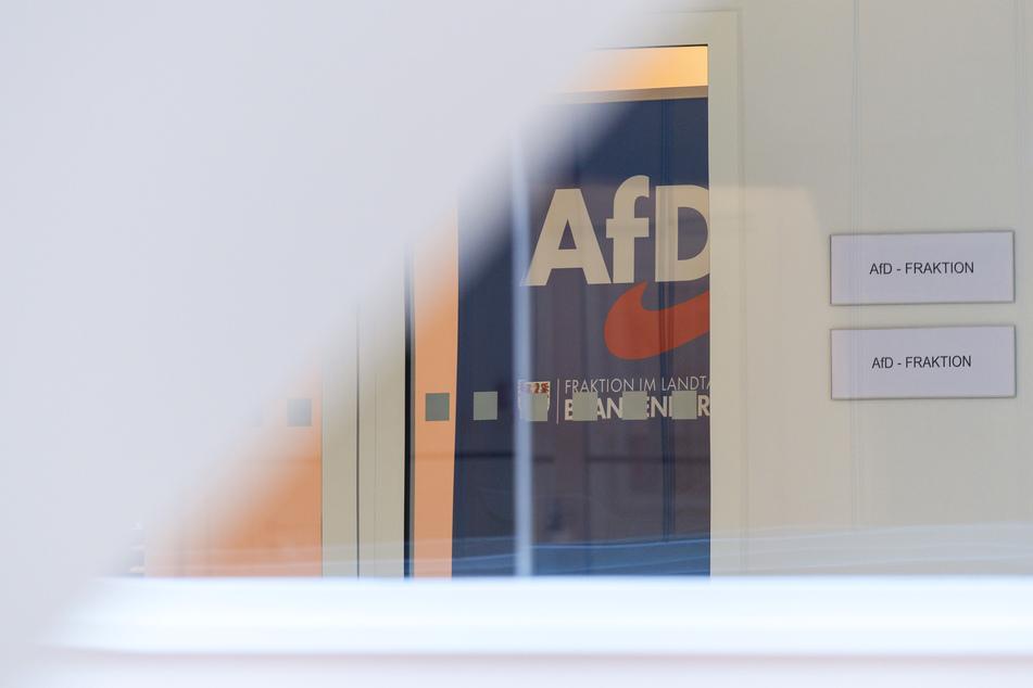 Das Logo der Partei Alternative für Deutschland (AfD) ist am Eingang zur Landtags-Fraktion angebracht.