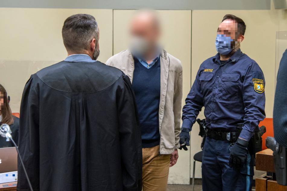 Der Angeklagte Mark S. (Mitte) wurde vom Landgericht München II zu einer Haftstrafe von vier Jahren und zehn Monaten inklusive Berufsverbot von Jahren verurteilt.
