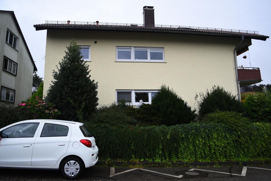 Erst versuchte der Angreifer es im ersten Stock, danach ging er ins Erdgeschoss dieses Hauses in Bammental.