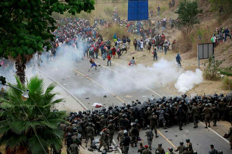 Several people were injured in the clash between Honduran migrants and Guatemalan security forces.