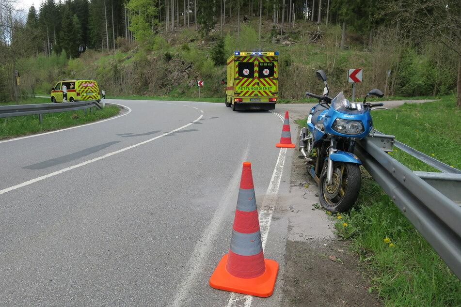 Schwerer Unfall auf der Muldenstraße in Eibenstock: Ein Biker kam von der Straße ab und stürzte.