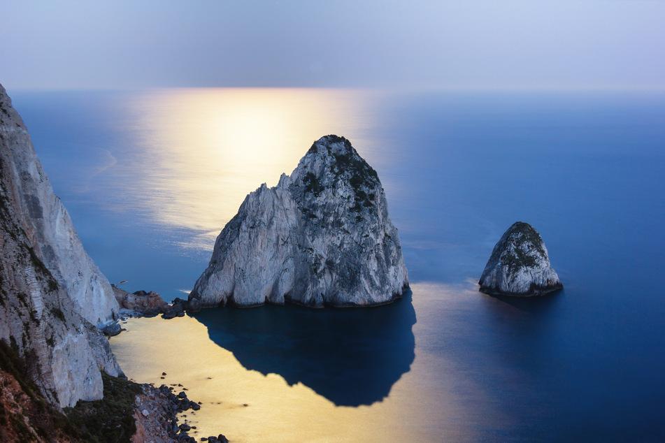 Den Sonnenuntergang über dem Ionischen Meer genießen. Das geht am besten auf den Klippen von Keri!