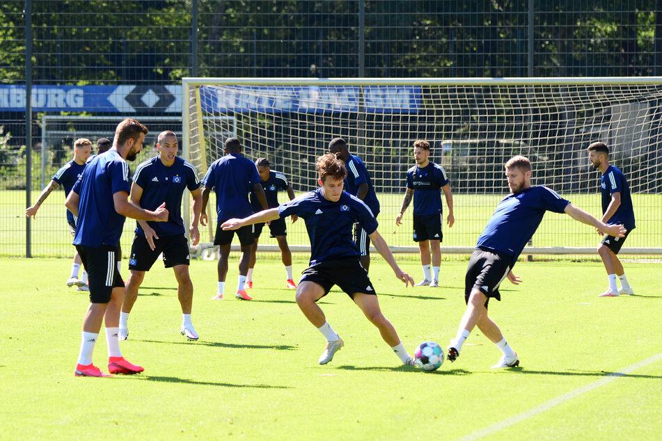 Die Mannschaft des Hamburger SV steht während des Trainings auf dem Platz.