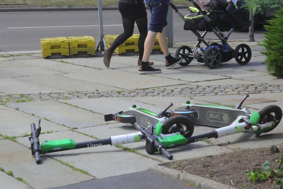 Viel zu oft werden die Scooter umgestoßen, behindern dann Fußgänger und Kinderwagen.