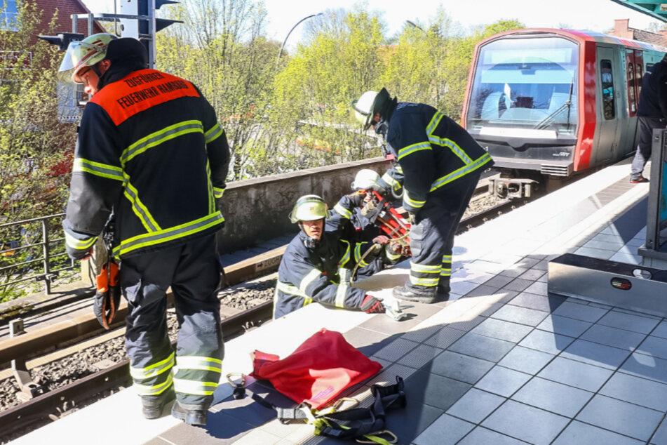 Hamburg: Schock an U-Bahnhof! Rollstuhl-Fahrer stürzt auf Gleise