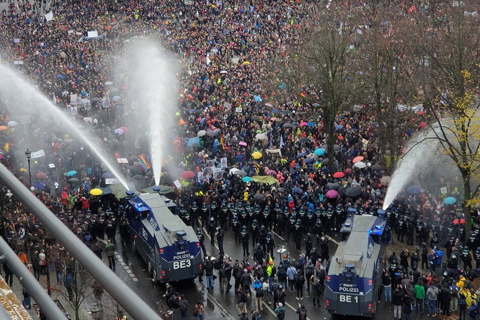 Die Polizei brachte auch Wasserwerfer zum Einsatz.