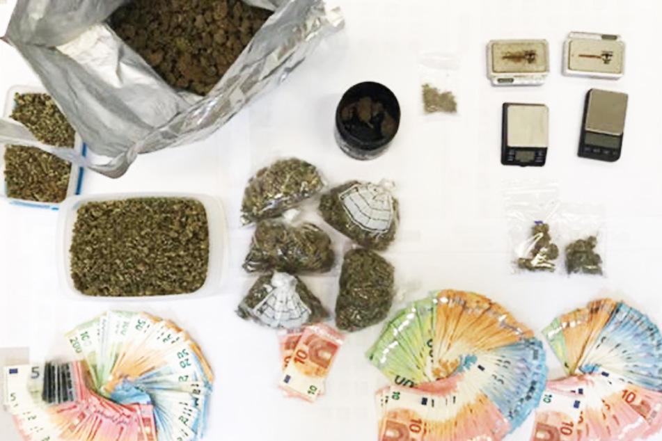 Über 3000 Euro und ein halbes Kilo Cannabis fanden Polizisten am gestrigen Donnerstag in einer Wohnung.