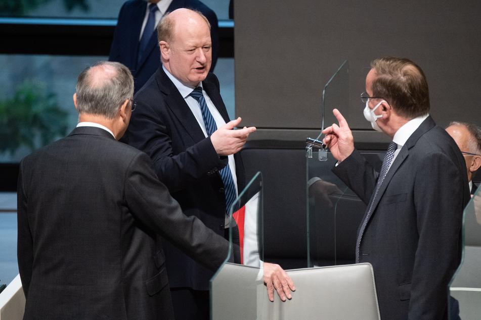 Stephan Weil (l-r, SPD), Ministerpräsident Niedersachsen, Reinhold Hilbers (CDU), Finanzminister Niedersachsen, und Boris Pistorius, Innenminister Niedersachsen, stehen im niedersächsischen Landtag.