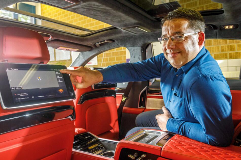 Mathias Gutsche (45, Leiter Berufsausbildung) testet die Sicherheitssysteme im Inneren des BMW.