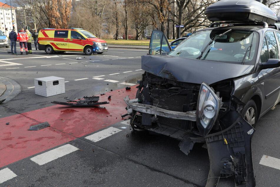 Unfall an Weihnachten: Krankenwagen stößt mit Auto zusammen