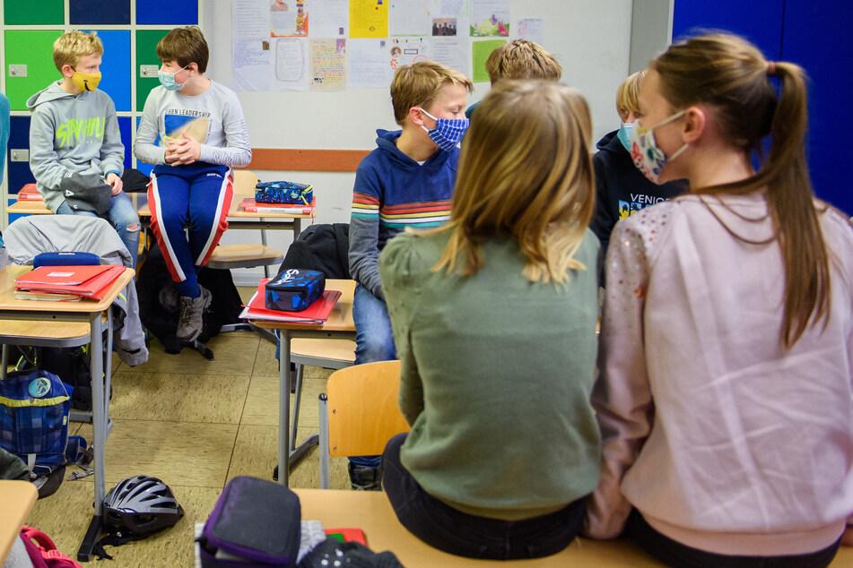 Wenn die Zahl der Neuinfektionen über einem bestimmten Grenzwert liegt, sollen alle Schüler ab der 7. Klasse im Unterricht eine Mund-Nasen-Bedeckung tragen.