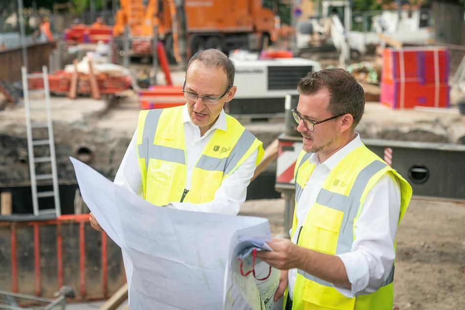 Robert Franke (43, l.) vom Straßen- und Tiefbauamt sowie Baubürgermeister Raoul Schmidt-Lamontain (43, Grüne) informieren zum Bauablauf.