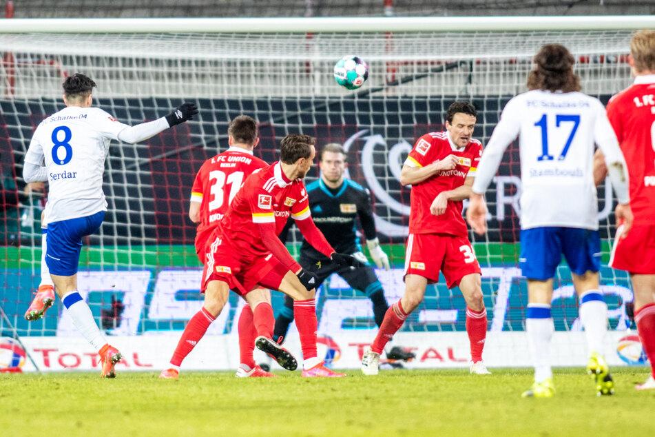 Eine der ganz wenigen Schalker Chancen: Doch Suat Serdars (l.) Schuss saust haarscharf am rechten Dreiangel vorbei.