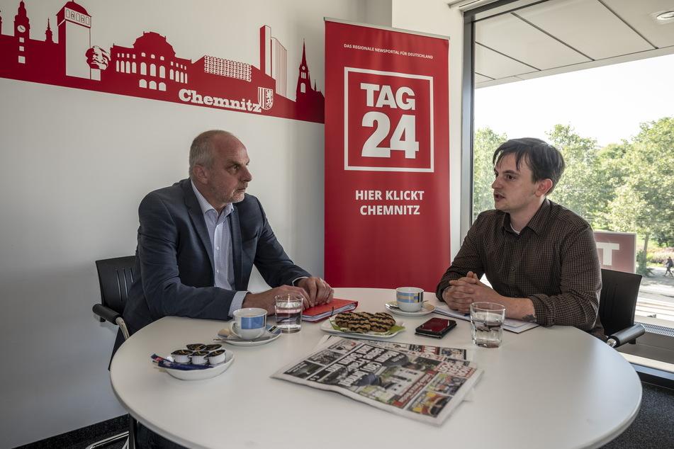 Fordert einen höheren Mindestlohn: SPD-Direktkandidat Detlef Müller (l.). Im TAG24-Büro stellte er sich den Fragen von Redakteur Gabriel Schwab.