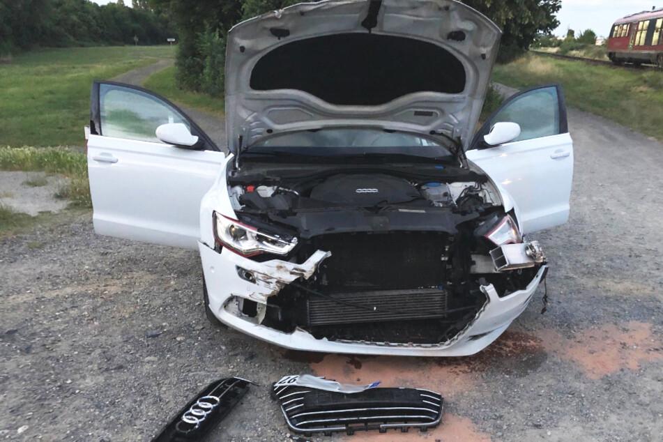 Unfall bei Kassel: Zug erfasst Auto mit 22-Jährigem am Steuer