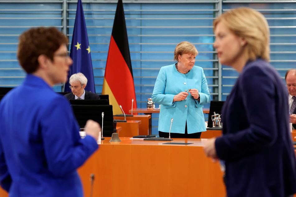 Verteidigungsministerin Annegret Kramp-Karrenbauer (l) und Landwirtschaftsministerin Julia Klöckner (beide CDU) unterhalten sich vor der wöchentlichen Kabinettssitzung im Bundeskanzleramt. Im Hintergrund steht Bundeskanzlerin Angela Merkel (CDU).