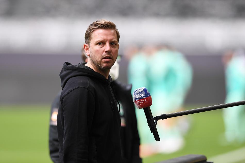 Bremens Trainer Florian Kohfeldt (38) gibt vor Spielbeginn ein Statement ab.
