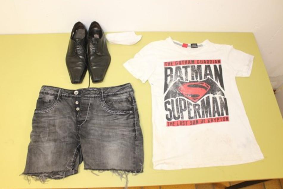 In T-Shirt, selbstgekürzter Jeans und Lederschuhen ist die Person am Buxelsee gewesen. Wo steckt der Eigentümer der Kleidung jetzt