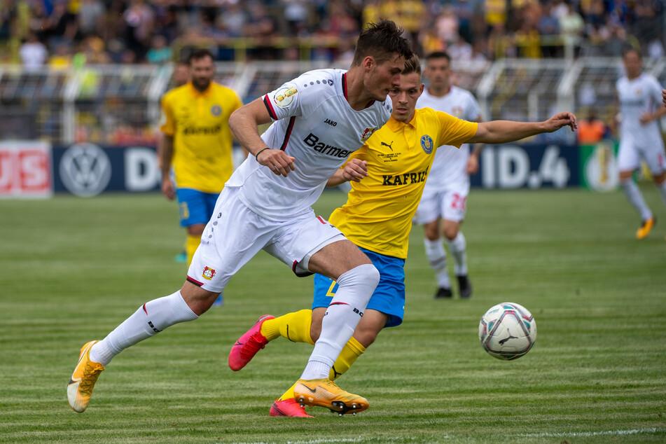 Patrik Schick (25, l.) ist aktuell der Sturmtank im Team der Leverkusener. Im Pokal setzte er sich unter anderem gegen Leipzigs Damir Mehmedovic (23) durch.