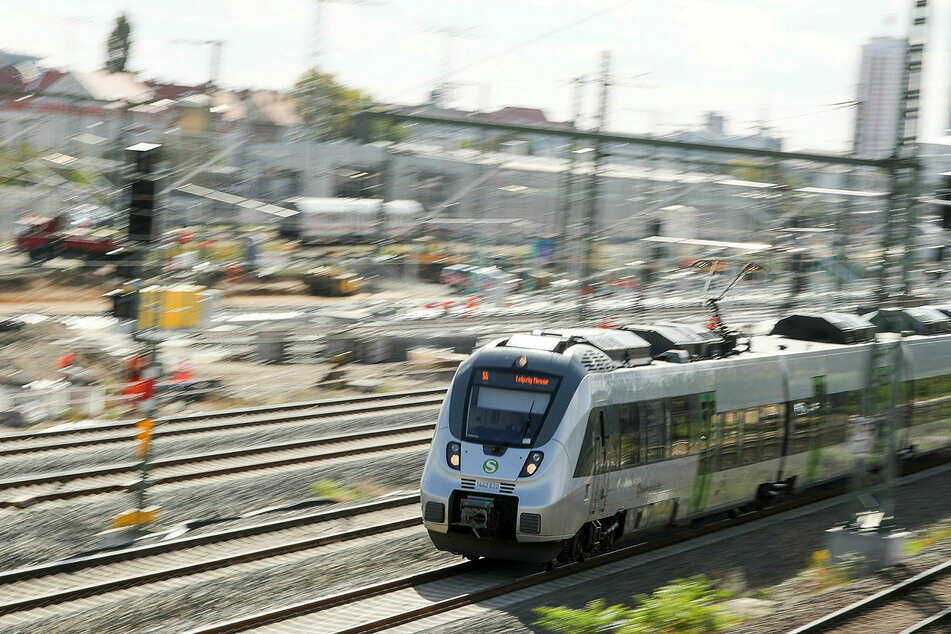 Ein 42-jähriger halbnackter Fitnessfreund wurde aus einer S-Bahn geholt. (Symbolbild)