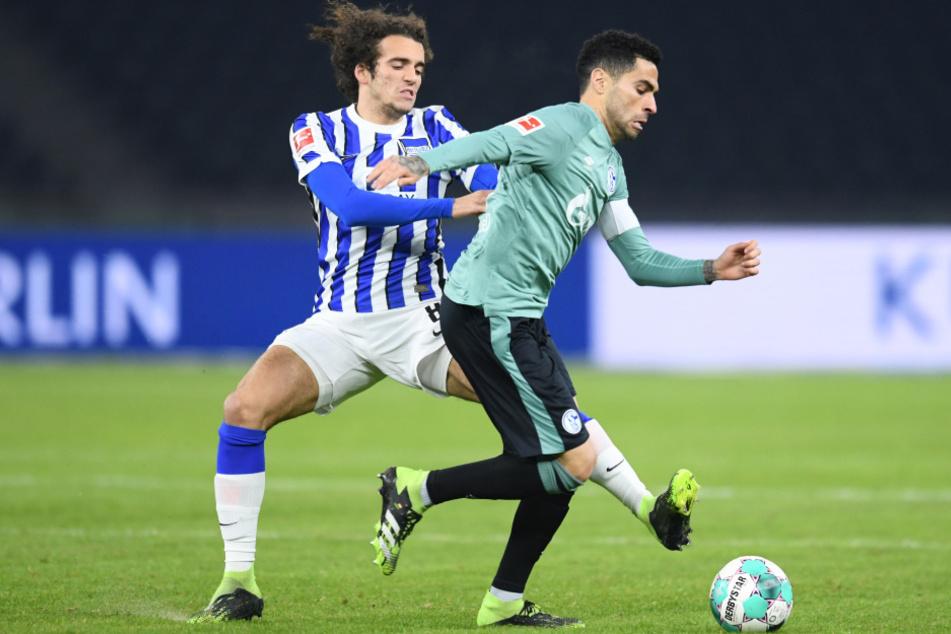 Herthas Matteo Guendouzi (l.) im Zweikampf mit Schalkes Omar Mascarell.