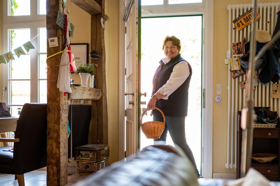 Landwirtin Juliane von der Ohe (60) öffnet mit einem Chip im Handgelenk ihre Haustür.