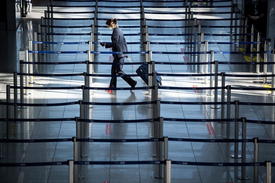 Ein Passagier am Flughafen Düsseldorf.