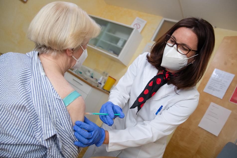 Pforzheim, im März: Nicola Buhlinger-Göpfarth impft in ihrer Praxis eine Patientin gegen das Coronavirus. Hier allerdings mit dem Mittel von BioNTech/Pfizer.