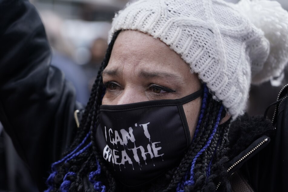 Eine Frau reagiert auf die Urteilsverkündung mit Tränen in den Augen.