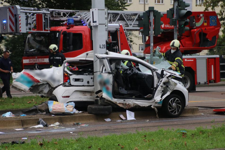 Das Auto war, möglicherweise wegen eines missglückten Wendemanövers, mit einer Straßenbahn und infolgedessen mit einer Säule kollidiert.