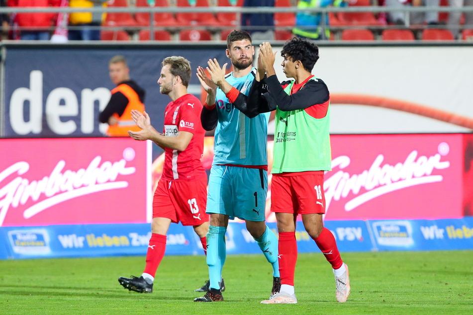 Mike Könnecke (33, v.l.), Torhüter Johannes Brinkies (28) und Johan Gomez (20) bedanken sich nach dem 1:1 gegen Viktoria Berlin bei den Zwickauer Fans. Könnecke war erst in der 88. Minute eingewechselt worden.