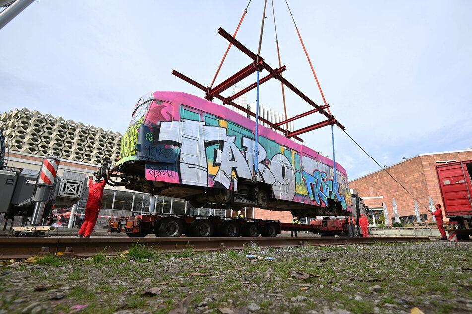 Die bunte Tatra-Bahn wurde am Montag aus dem Stadthallenpark entfernt.