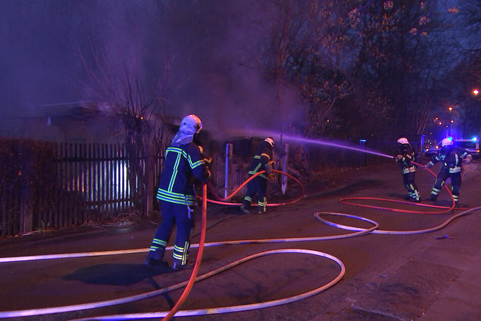 Unbekannter steckt Laube in Brand: Großeinsatz der Feuerwehr