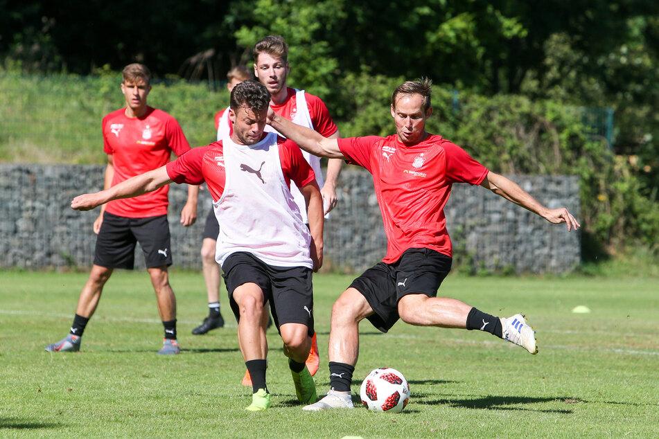 Noch wird beim FSV Zwickau ganz normal trainiert. Hier versucht Janik Mäder (l.), René Lange am Schuss zu hindern.